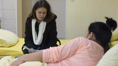 Млади доброволци четоха разкази на пациенти в болница