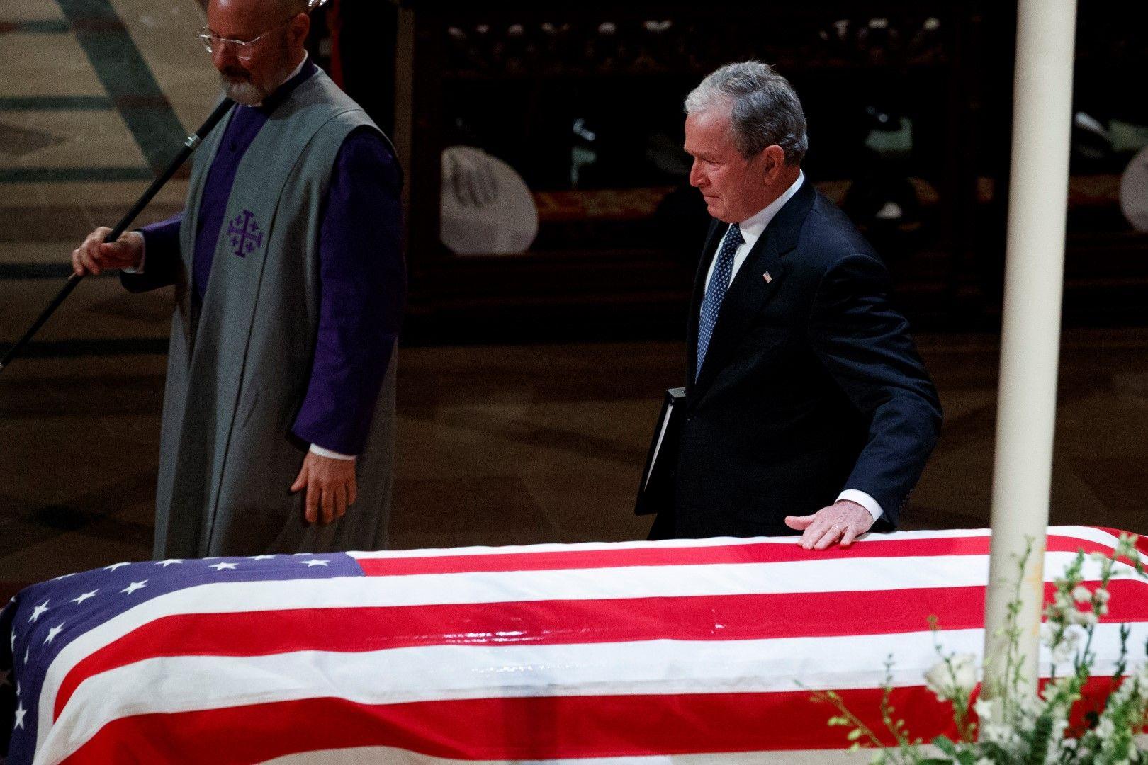 Джордж Буш-син край ковчега на баща си
