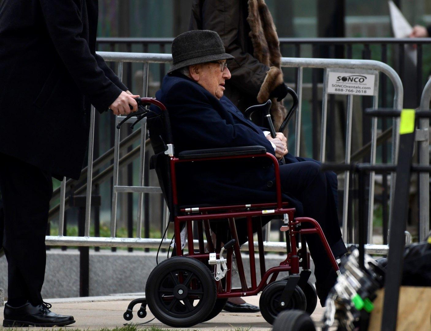 Хенри Кисинджър беше докаран с инвалидна количка