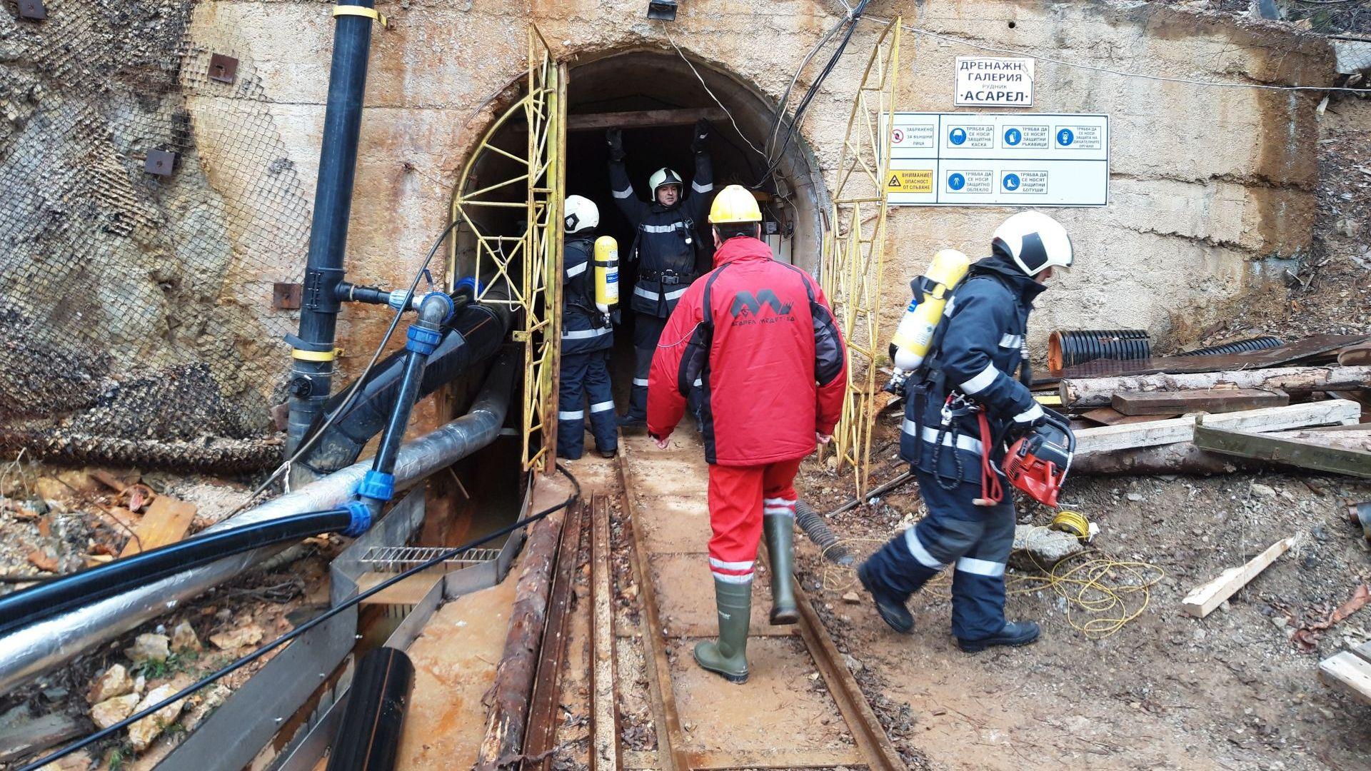 "60 души тренираха спасяване в ""Асарел-Медет"" (снимки)"
