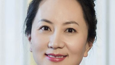 """Арестуваната шефка на """"Хуавей"""" Мън Ванчжоу пусната под гаранция от $7.5 млн."""