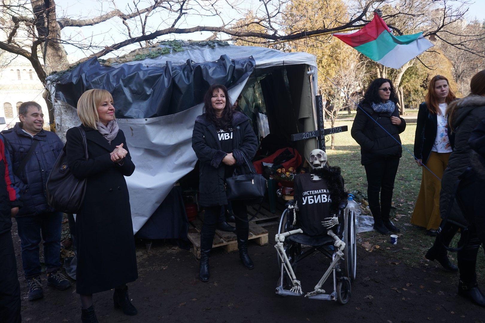 Мая Манолова при протестиращите майки