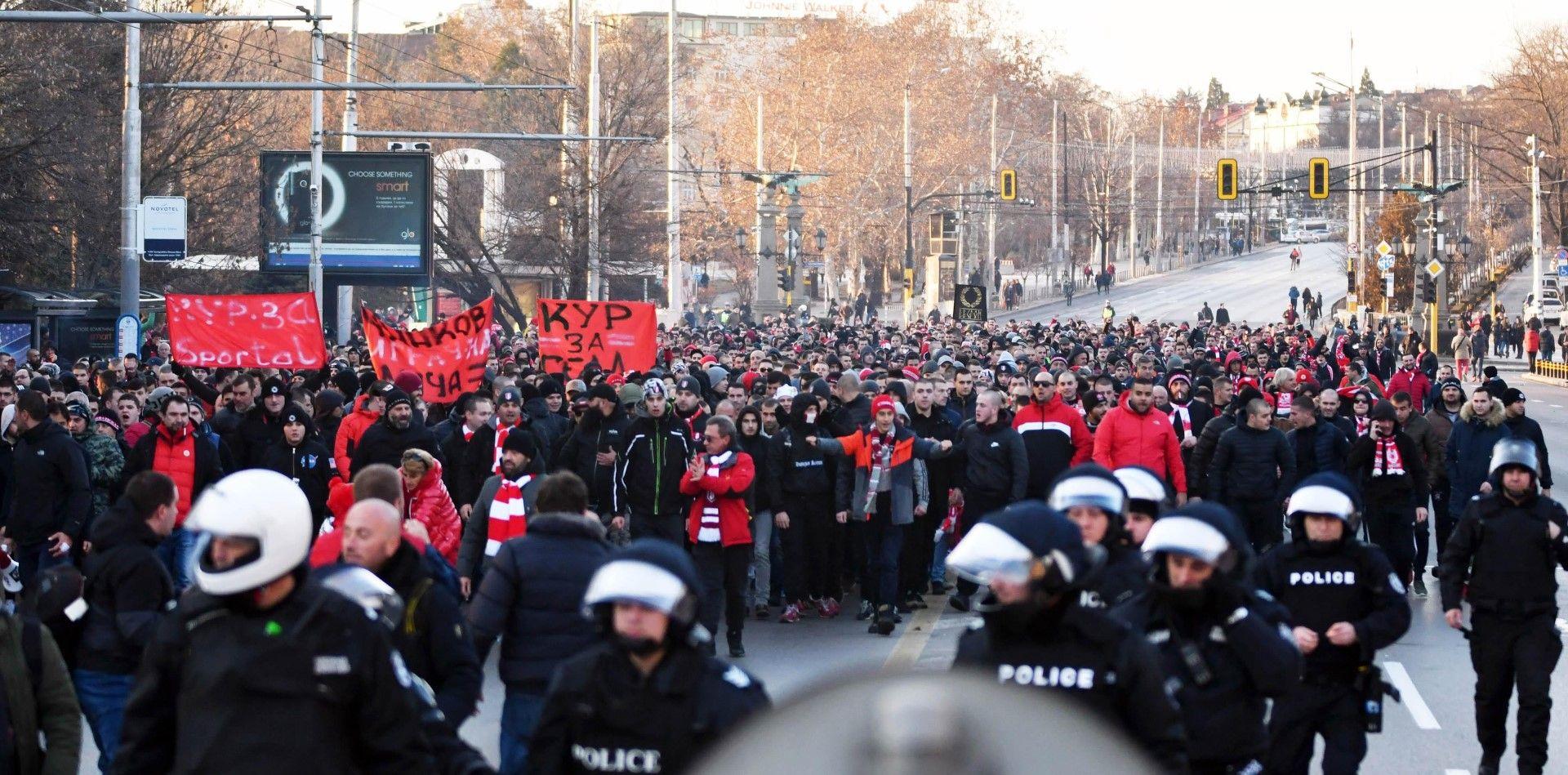 """Причина за недоволството на футболните привърженици е скандалното съдийство в последния двубой на """"червените"""""""