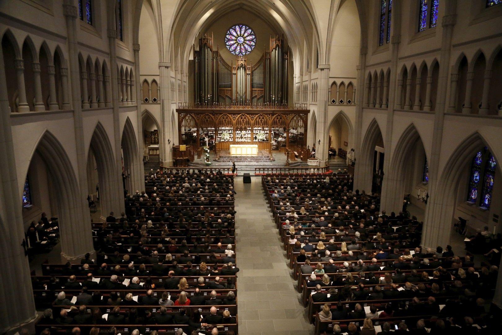 """Църквата """"Сейнт Мартин"""" беше отворена часове преди началото на церемонията"""