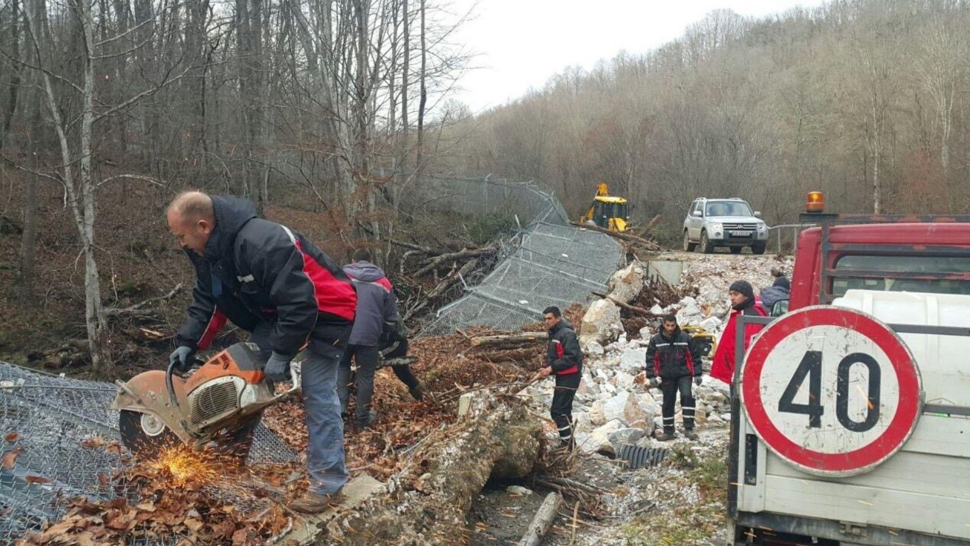 Вдигат падналата ограда по границата край Малко Търново