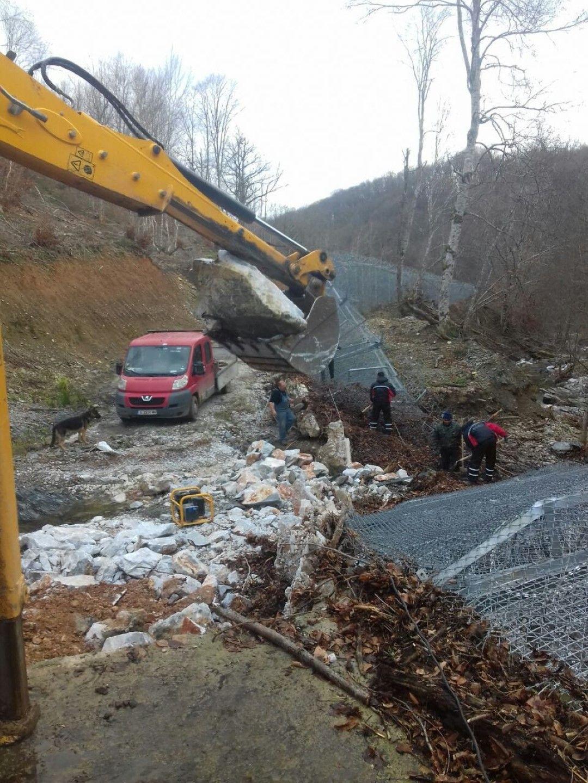 Фирмата изпълнител е започнала ремонта на оградата
