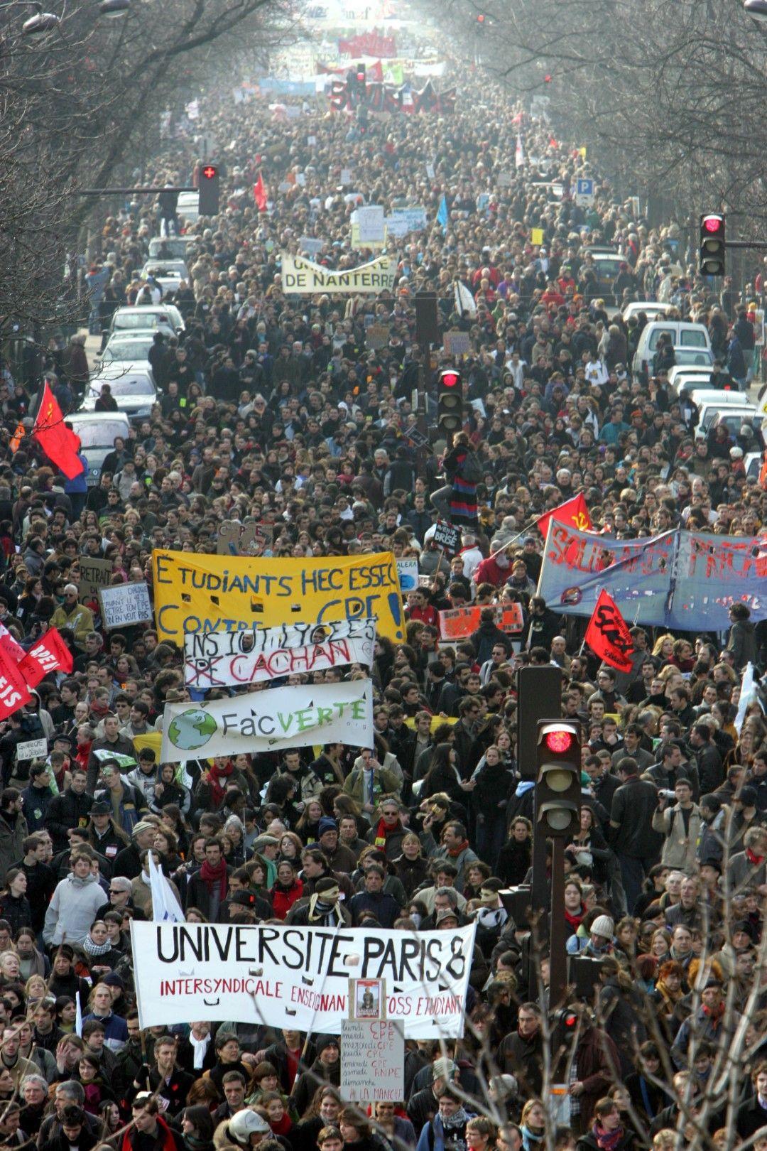 Студенти у работници протестират в Париж на 18 март 2006 г. срещу несправедливите разпоредби за наемане на работа