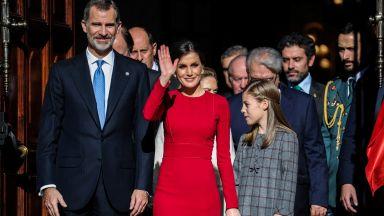 Летисия в семпла червена рокля за 40 години демокрация в Испания