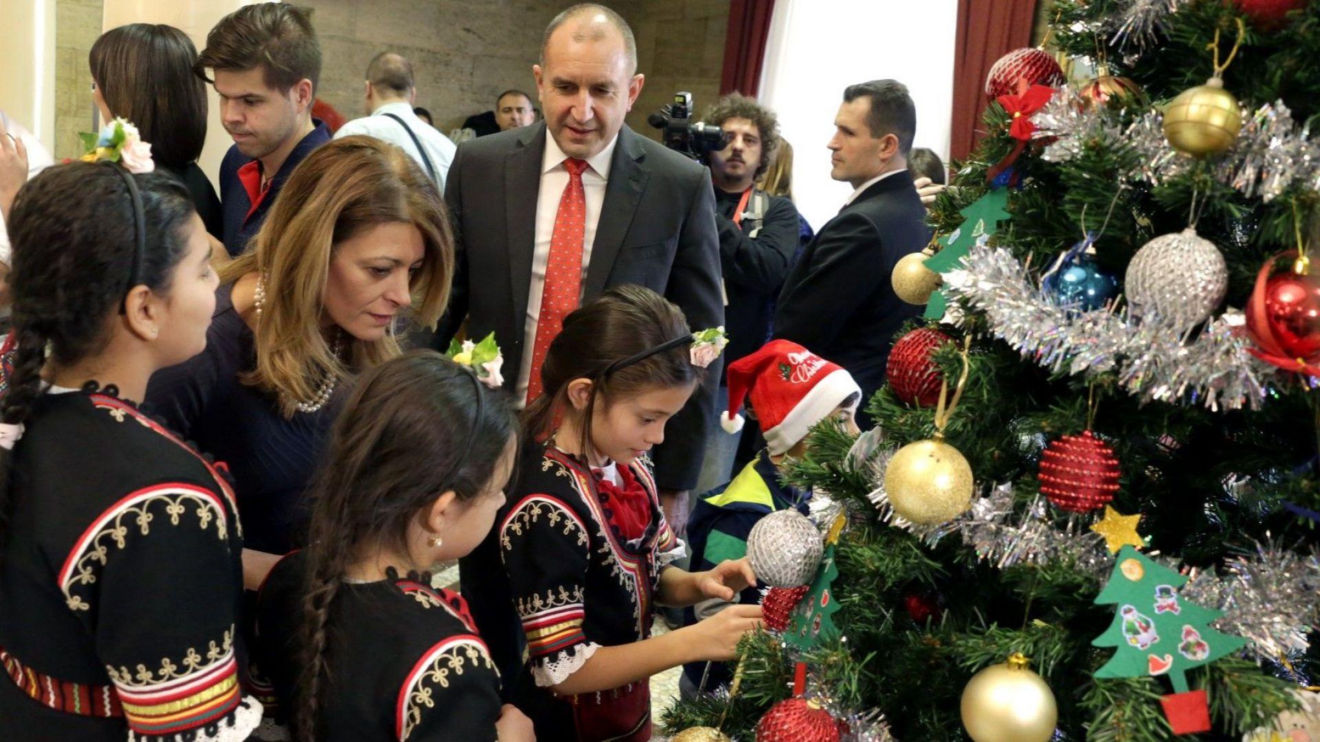 """Деца от """"Българската Коледа"""", президентът и съпругата му украсиха заедно елхата на """"Дондуков"""" 2"""