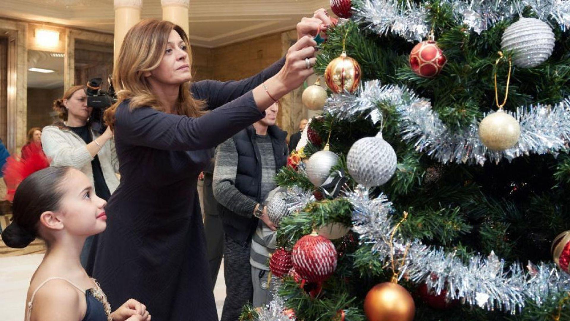 Деси Радева елегантна в тъмен тоалет за украсяването на елхата в президентството