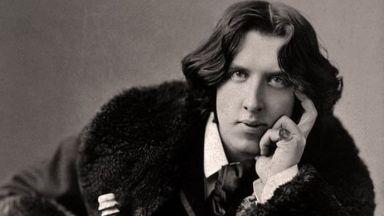 """Гробът на Оскар Уайлд се руши от... целувки, """"Beatles"""" и """"Rolling Stones"""" издигнали писателя в култ"""