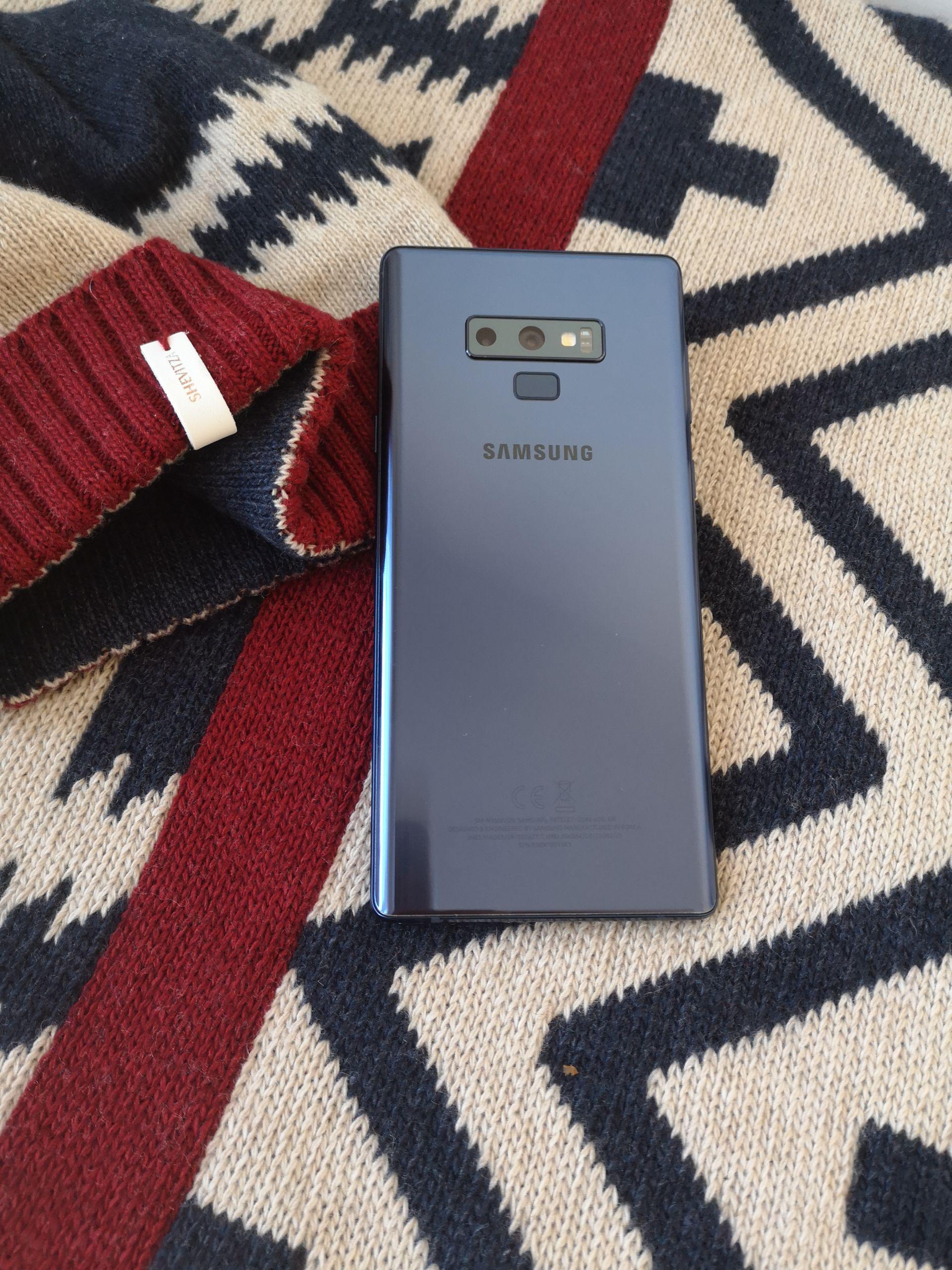 Красивият и изчистен дизайн на Samsung Galaxy Note9 до не по-малко красивите български шевици оживели в зимната колекция на ШЕВИЦА.