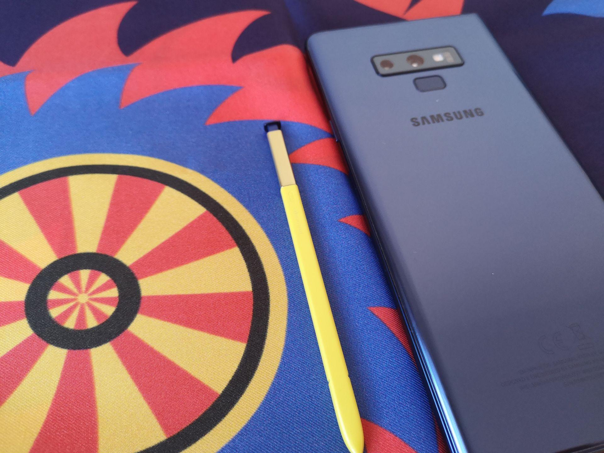 """Шал """"Преспа"""" от колекцията Корени на ШЕВИЦА с цветовете на S Pen стилусътна Samsung Galaxy Note9, който позволява да записваме всичко на телефона, дори и в движение."""