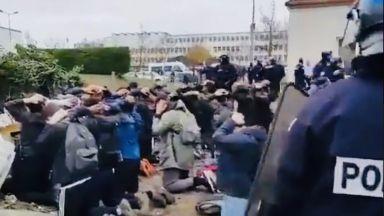 Брутално задържане на френски гимназисти по време на протест (видео и снимки)