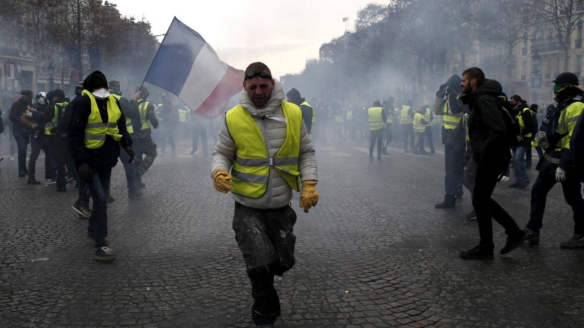 Сблъсъци и сълзотворен газ в центъра на Париж (видео+снимки)