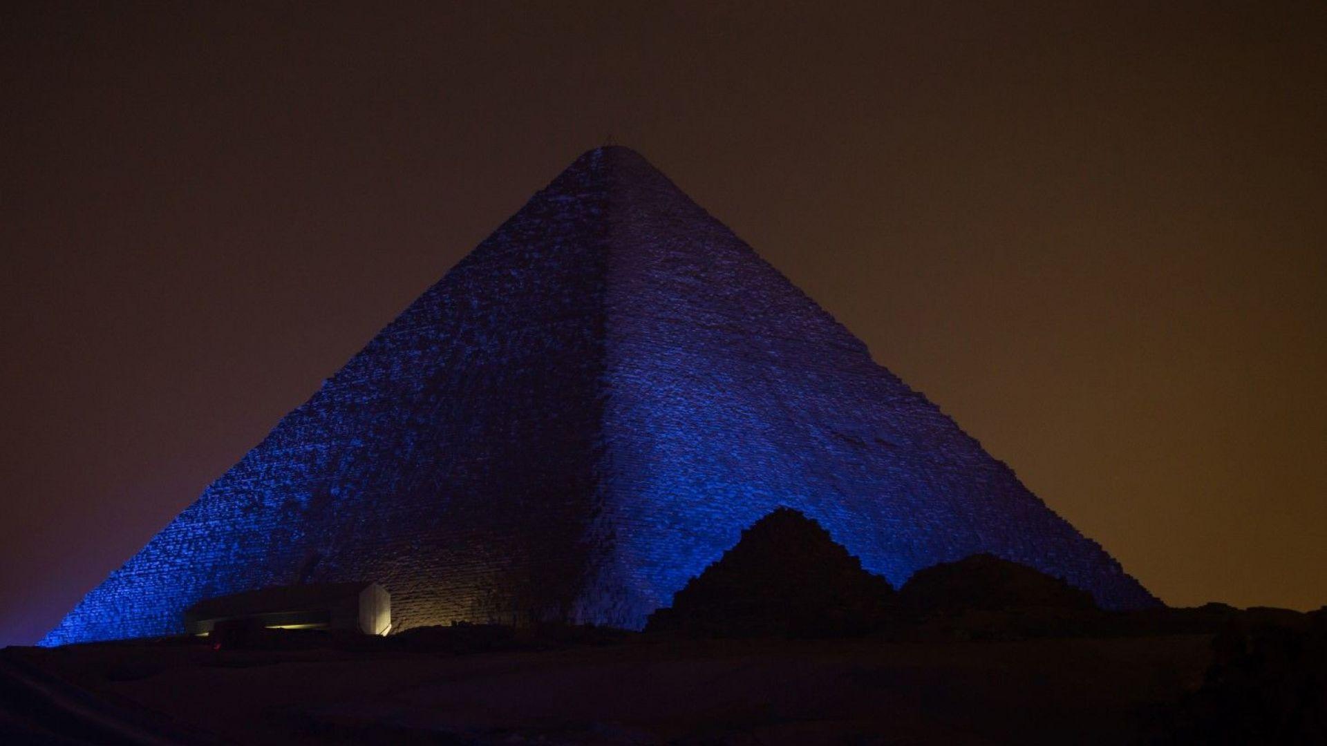 Властите разследват видео с гола двойка, снимала се на върха на Хеопсовата пирамида