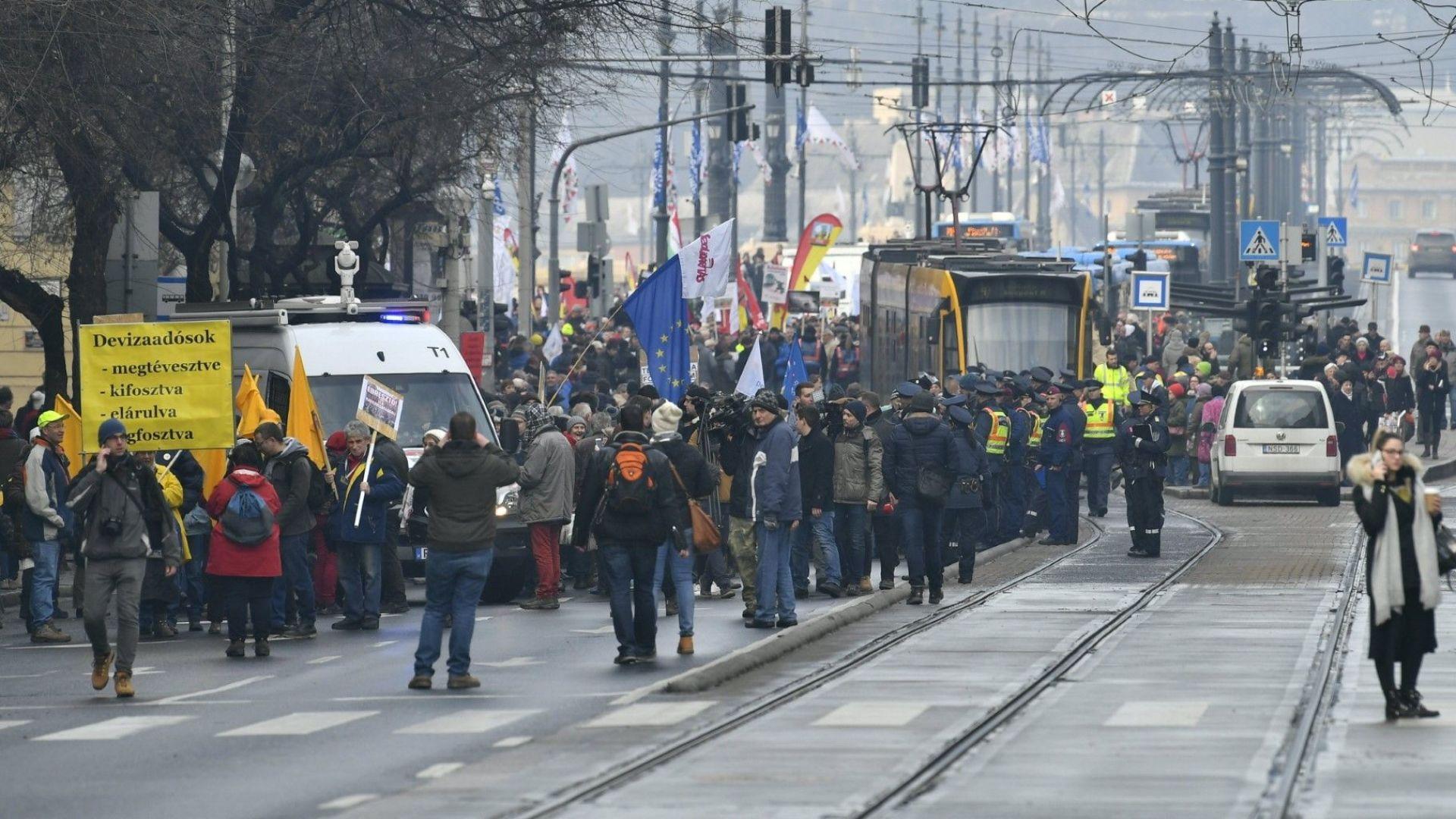 """Унгарците се надигнаха против """"закона за робския труд"""""""