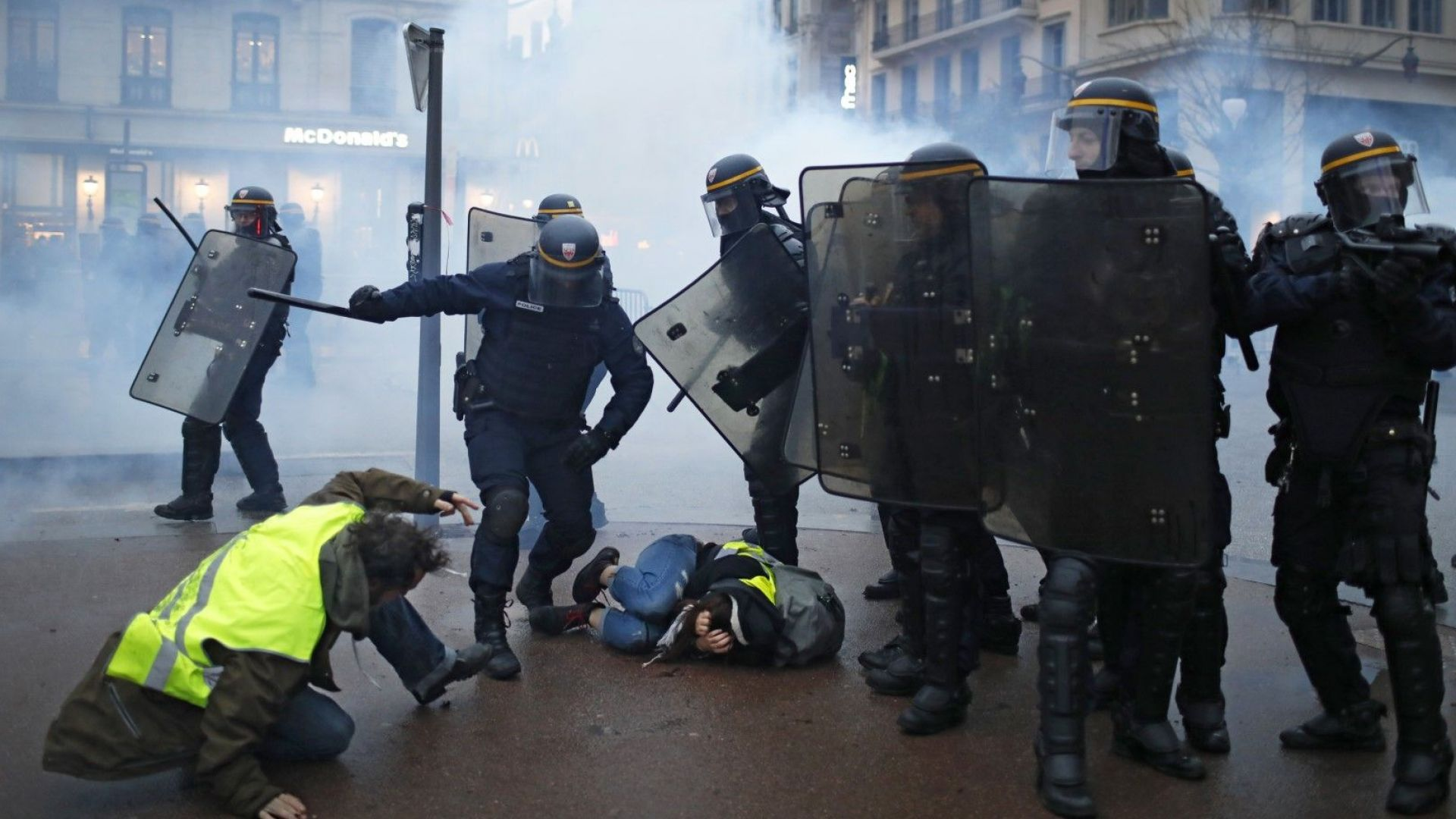 """Протестите на """"жълтите жилетки"""" удрят по френската икономика"""