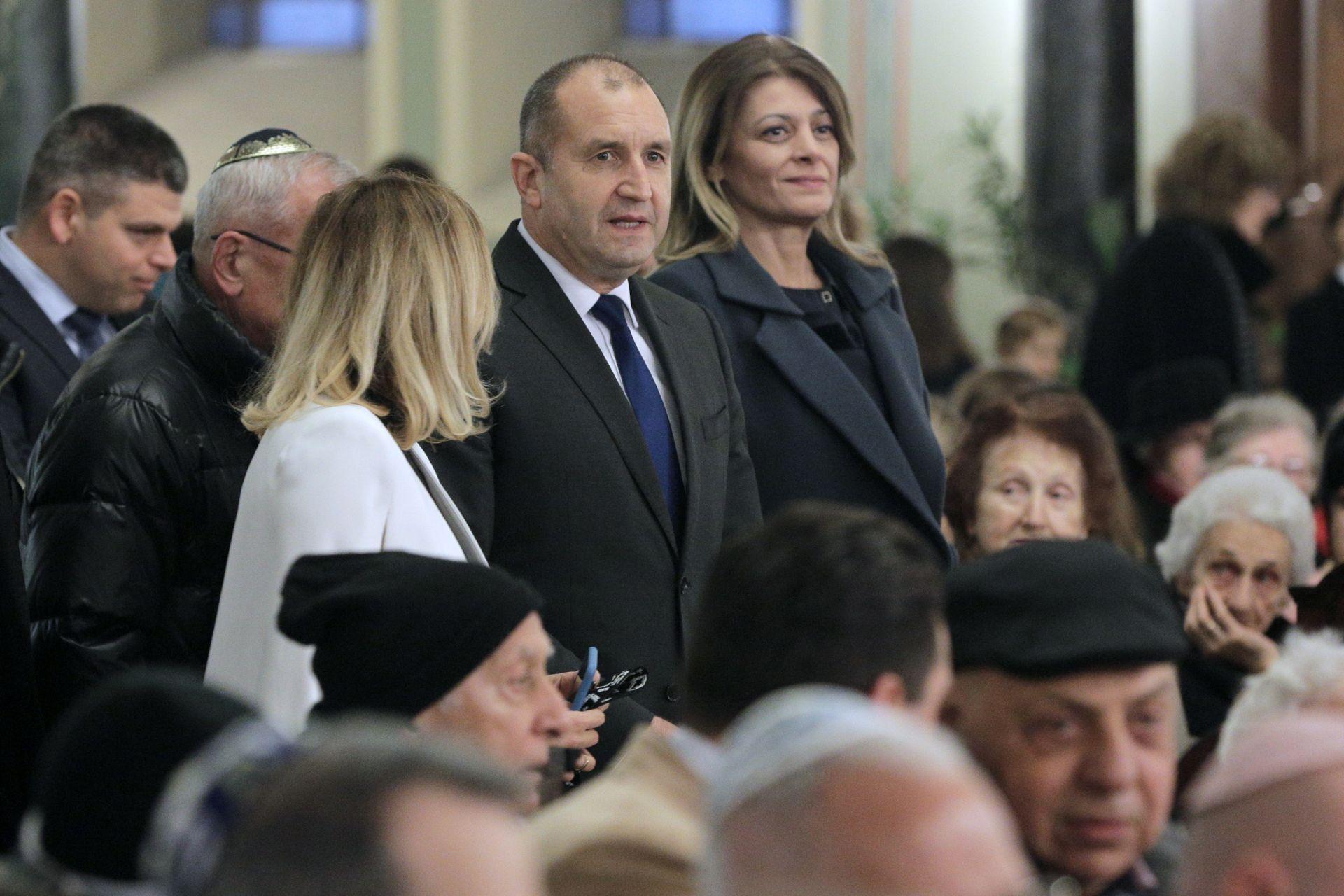 Румен Радев пристигна със съпругата си Десислава