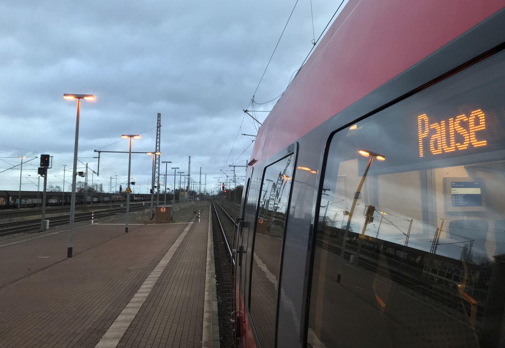 Всички междуградски влакове останаха в депата си тази сутрин, след като членовете на синдиката на заетите в жп транспорта обявиха стачка