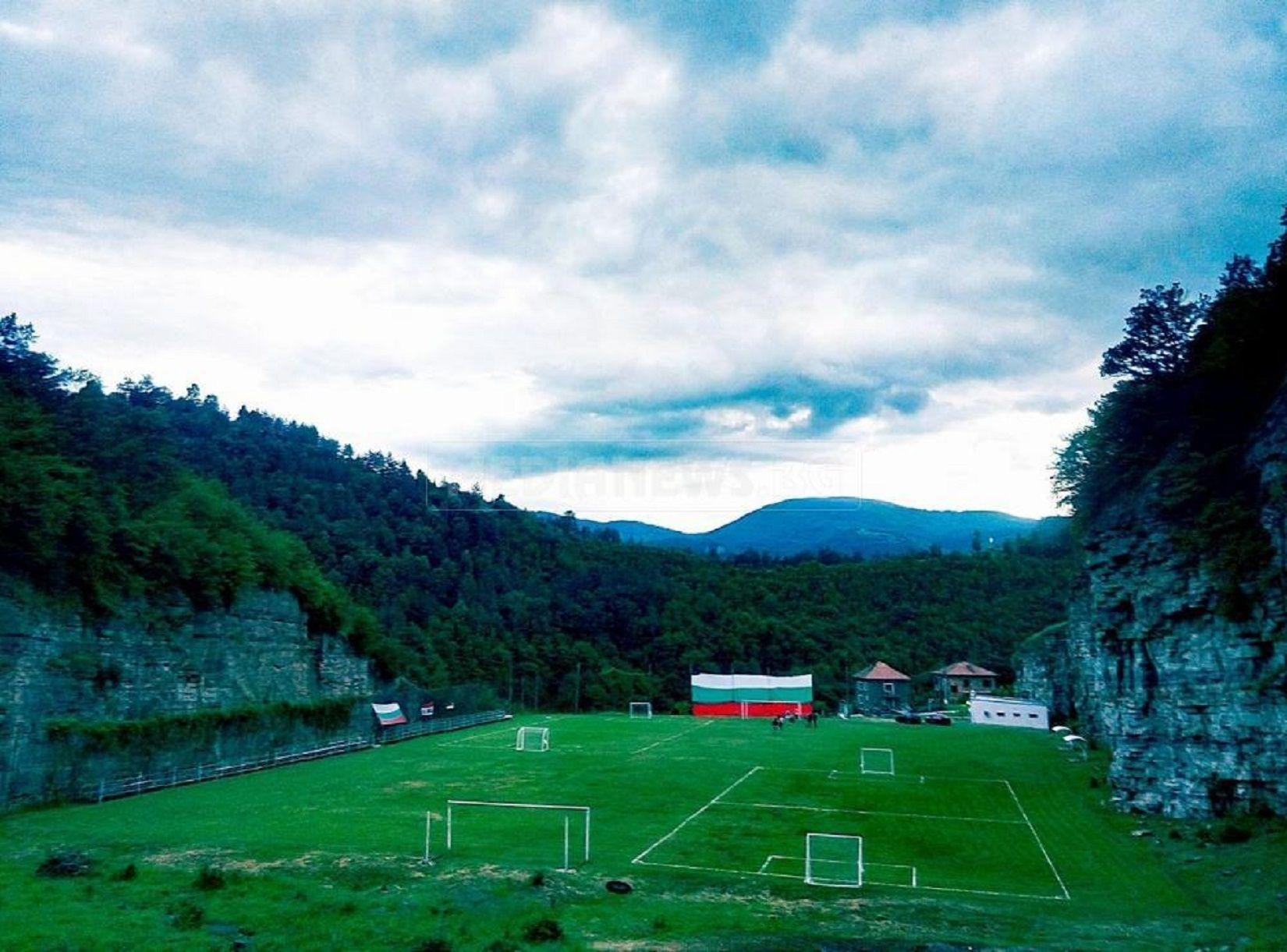 Стадионът в Бов е сред най-удивителните, впечатляващ с естествената си красота, не с модерна конструкция.