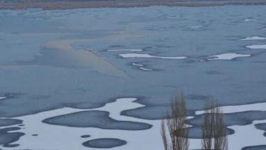 Лед скова езерото Сребърна
