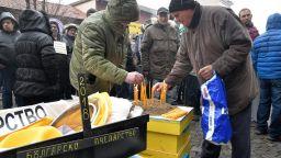 Пчелари излязоха на протест с ковчег