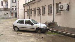 Куриоз в центъра на София: Кола се оказа зазидана във вътрешен двор