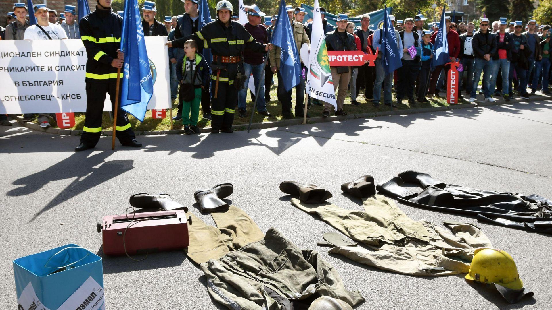 Пожарникари и спасители са готови да излязат на протест, ако