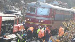 Дерайлира локомотивът на бързия влак София - Варна