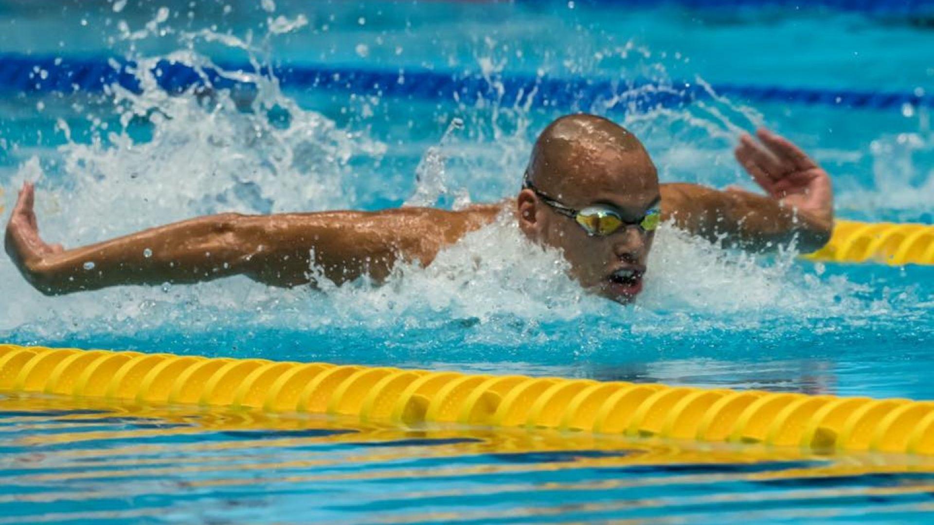 Плувният ас на България вече е в САЩ, тренира часове след Нова година