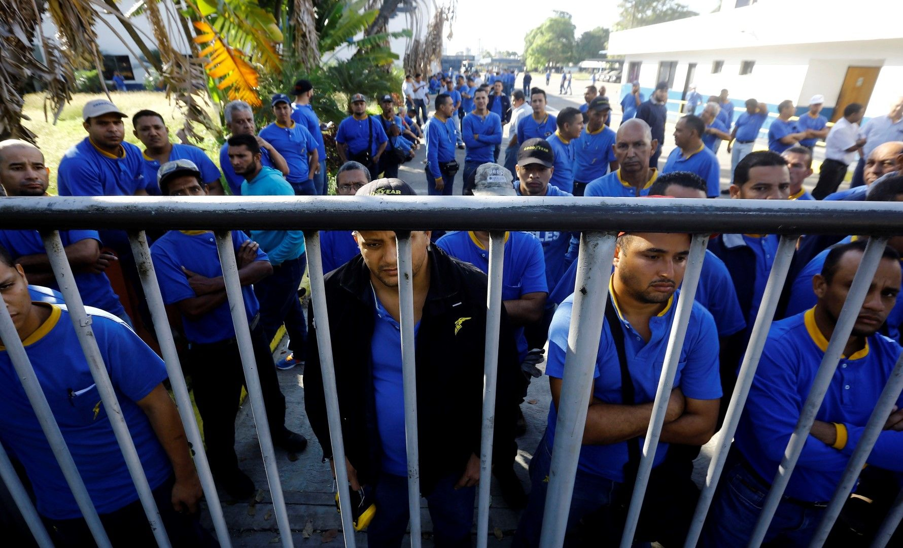 Работници пред затворените врати на завода на Goodyear