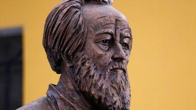 Паметник на Солженицин бе открит в Москва по повод 100-годишнината от рождението му