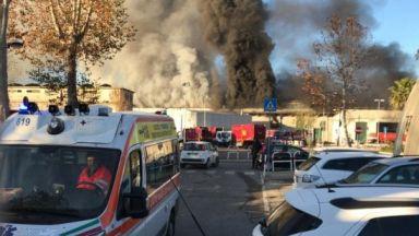 Голям пожар в завод за преработка на отпадъци в Рим (видео)