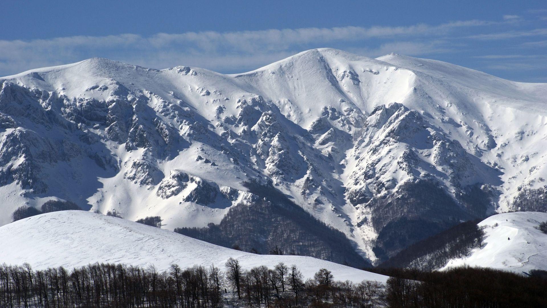 Десетки спасители издирват втори ден мъж в Стара планина