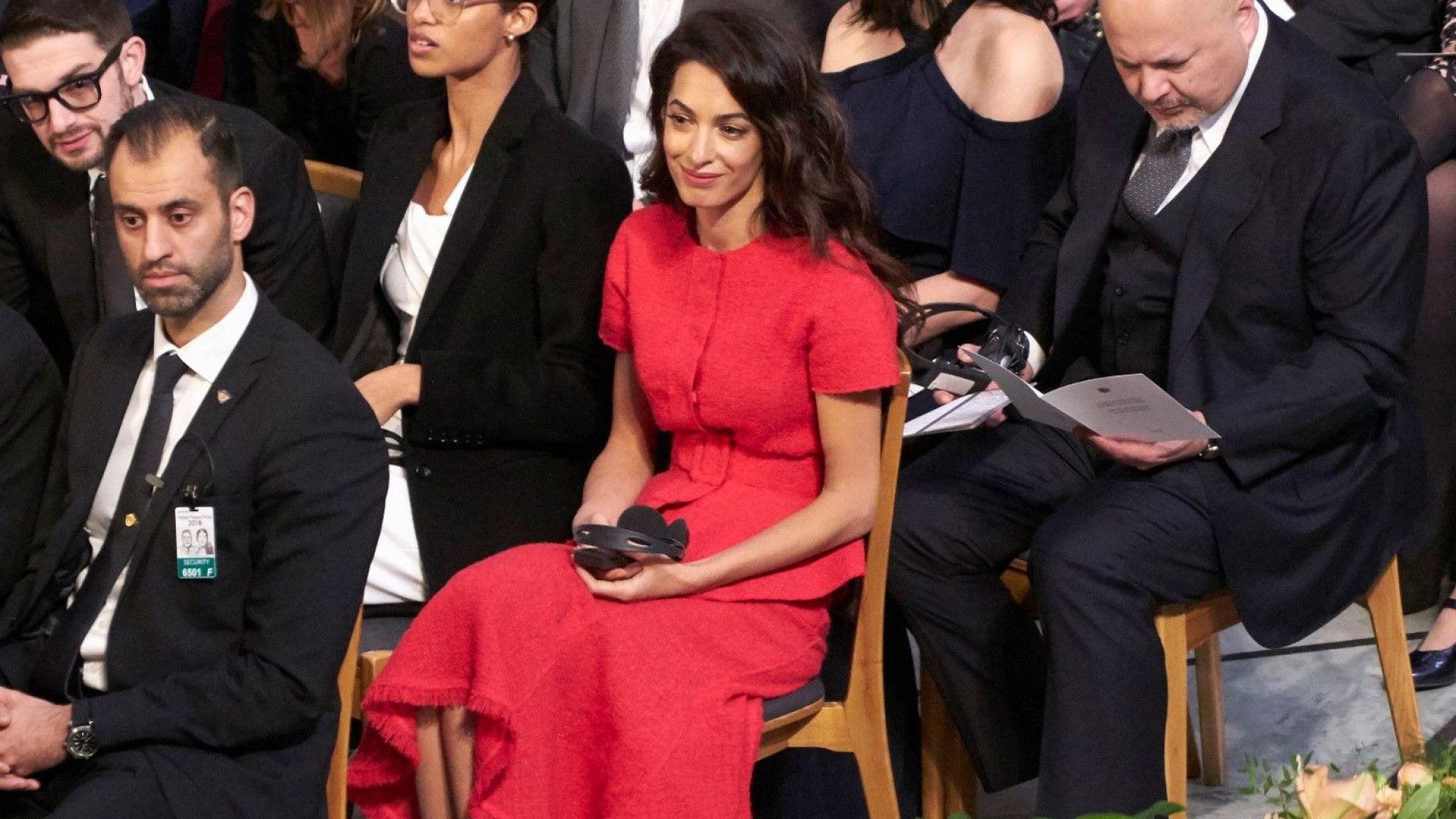 Амал стилна в червено на връчването на Нобеловата награда за мир