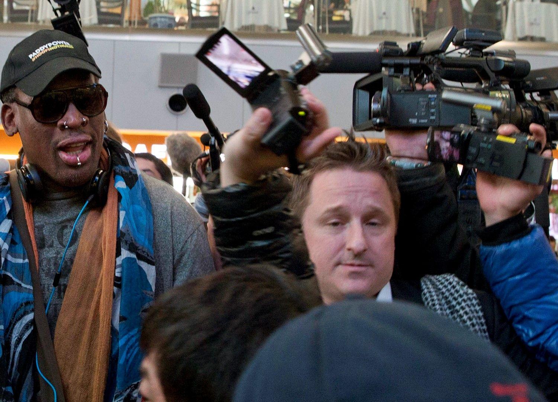 Денис Родман и Майкъл Спавор на летището в Пхенян, 19 декември 2013 г.