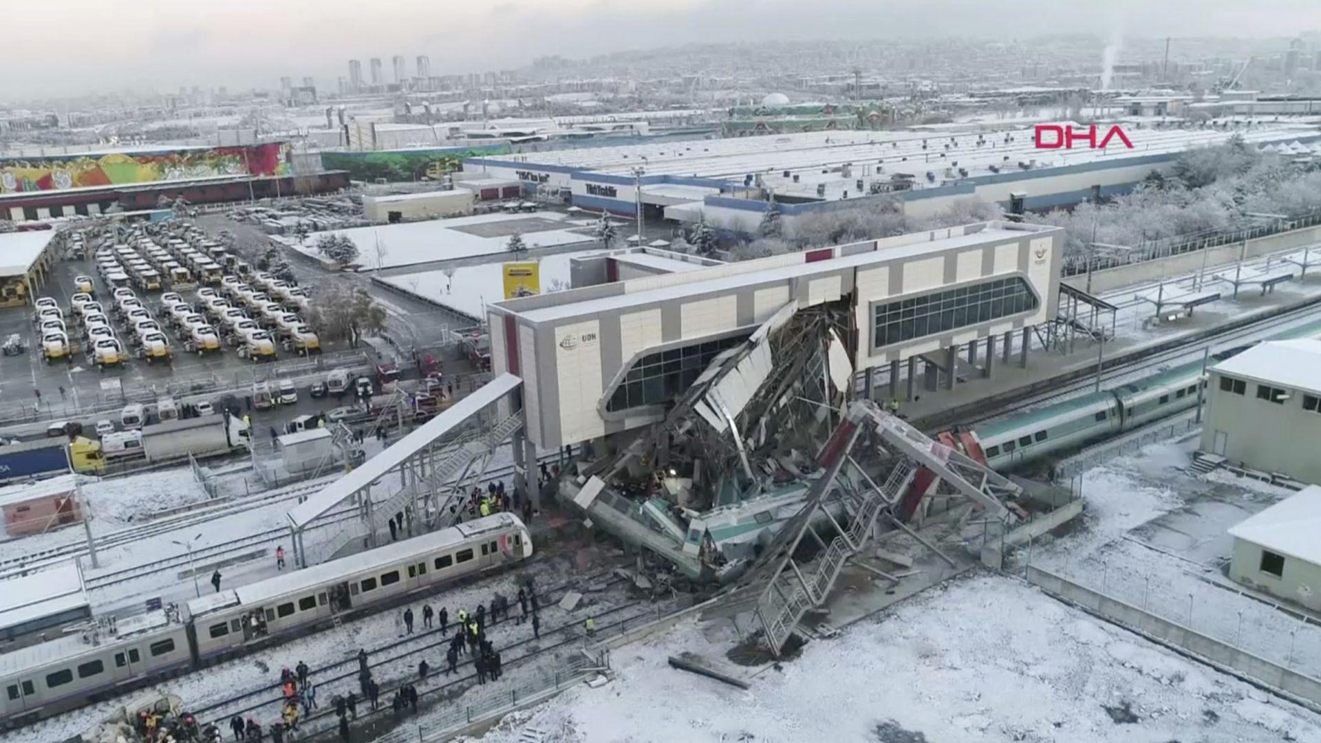 Високоскоростният влак се удря в локомотив