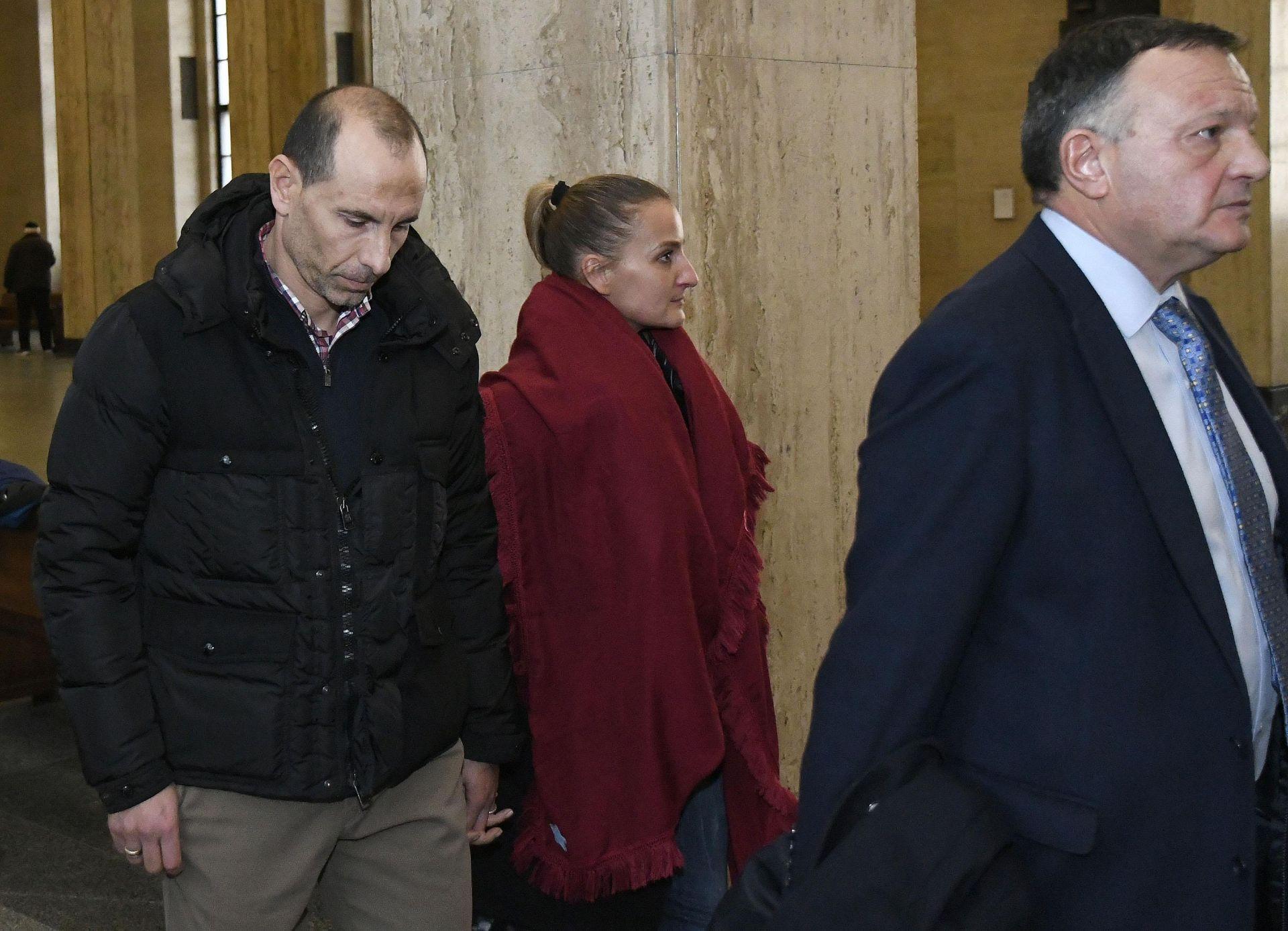 Мартин Петров пристигна в зала 5 на Софийски градски съд заедно с жена си Ралица