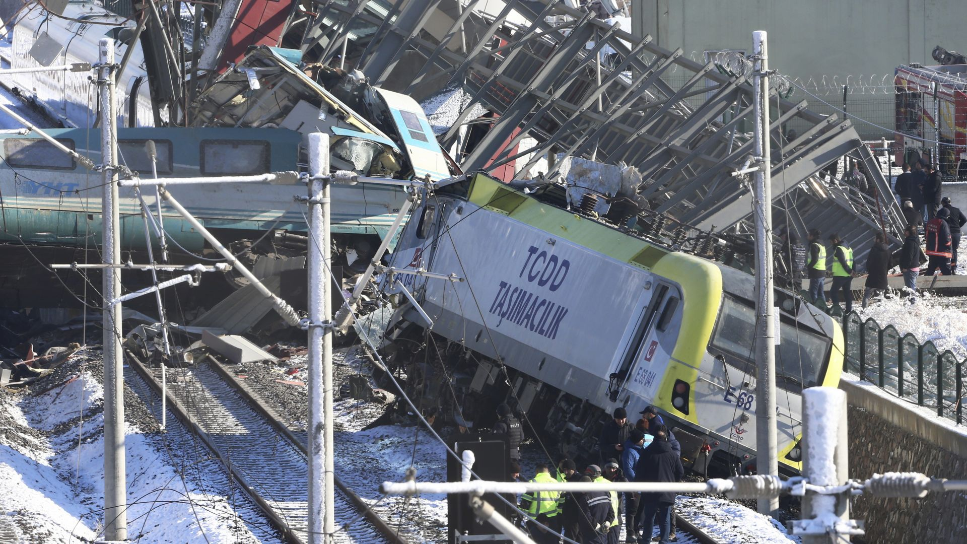Трима задържани за смъртоносната влакова катастрофа в Анкара