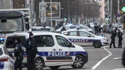 Мъж нападна и рани двама минувачи в Марсилия и беше прострелян