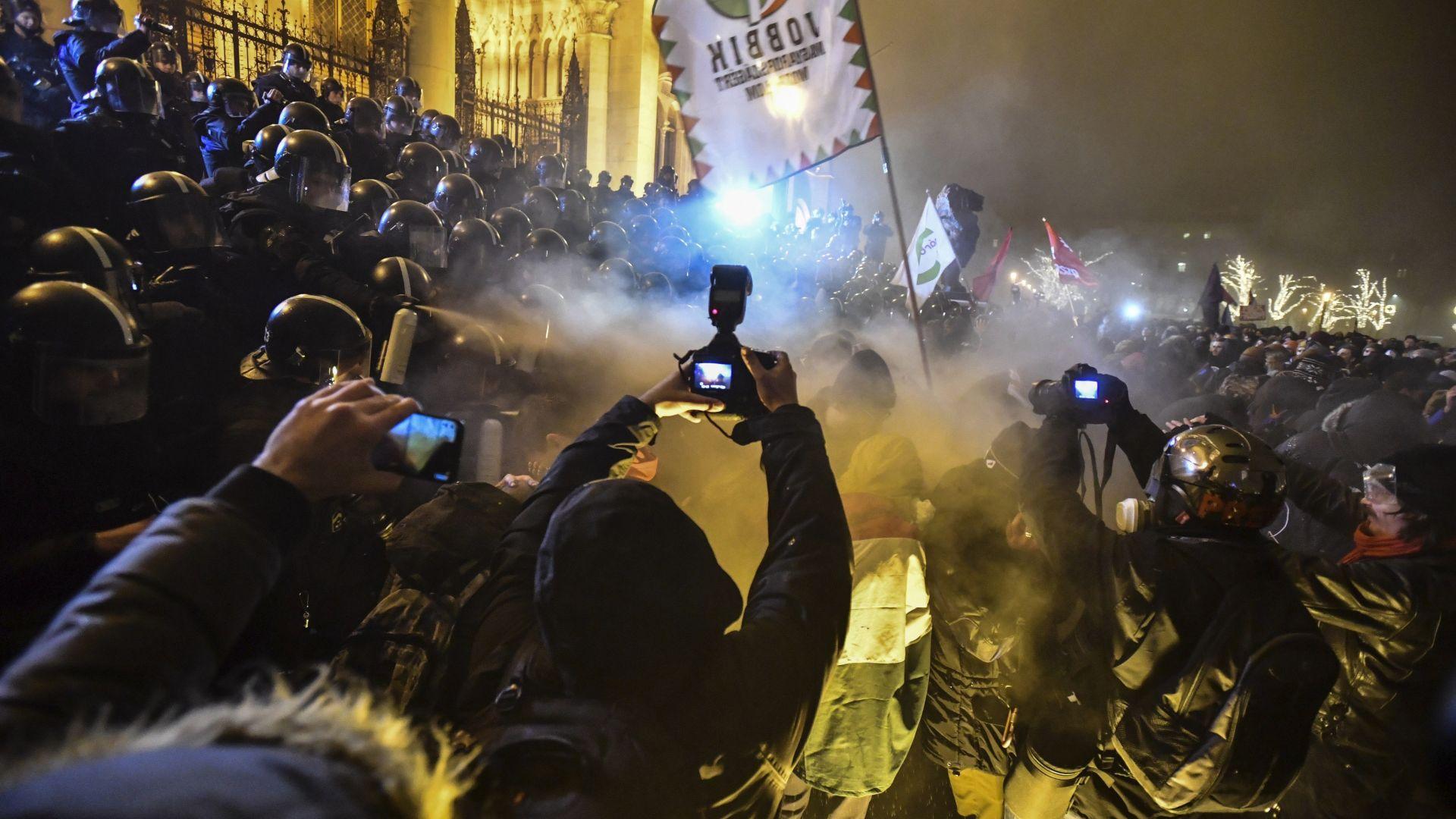 Протестиращи опитаха да нахлуят в унгарския парламент (снимки)