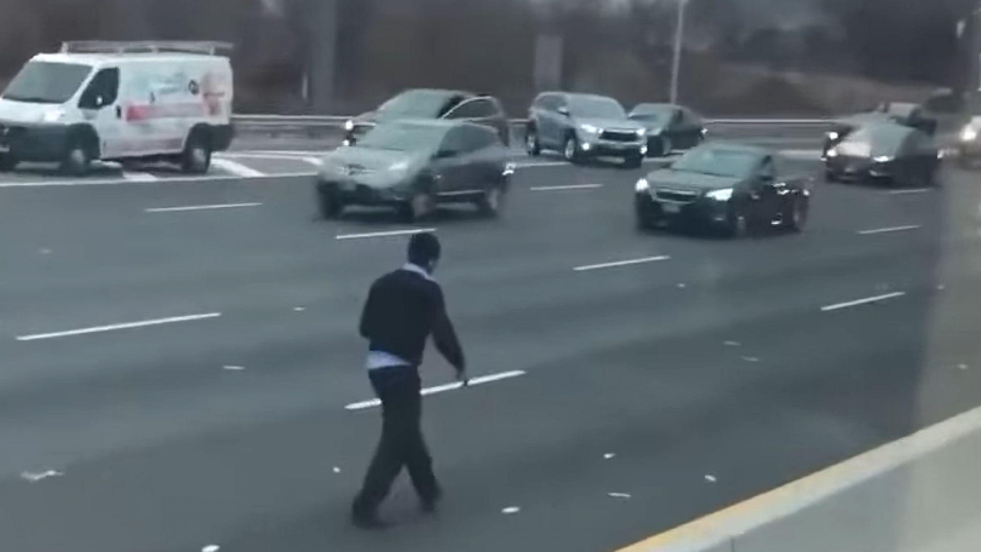 Инкасо автомобил разпиля пари на магистрала в САЩ (видео)