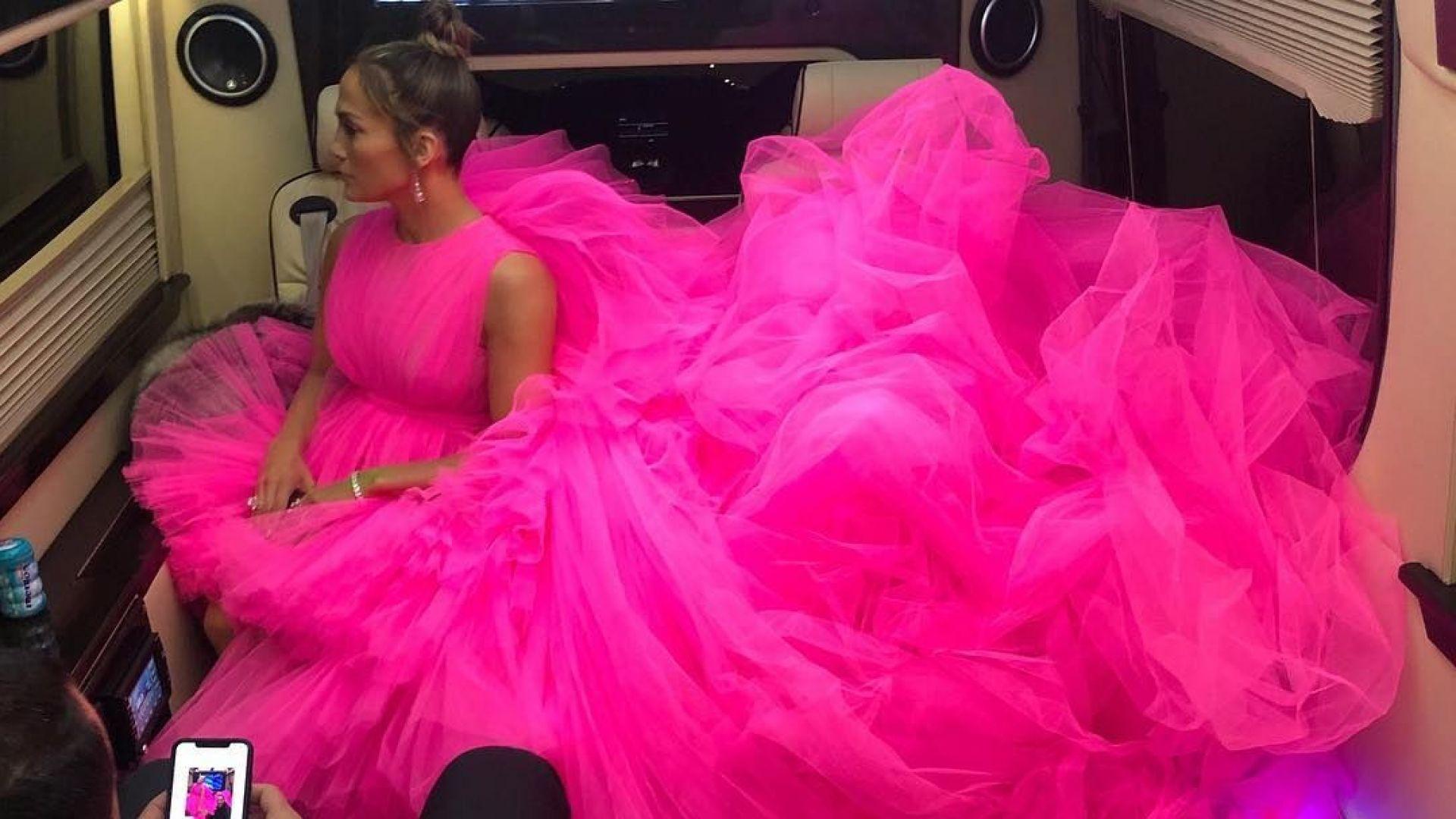 Джей Ло прикова погледите с огромна розова рокля