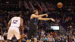 """Нощ на рекорди в НБА, """"старецът"""" Новицки се завърна"""