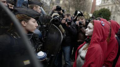 Към протестите в Париж се добави и гологърд пърформанс (видео)