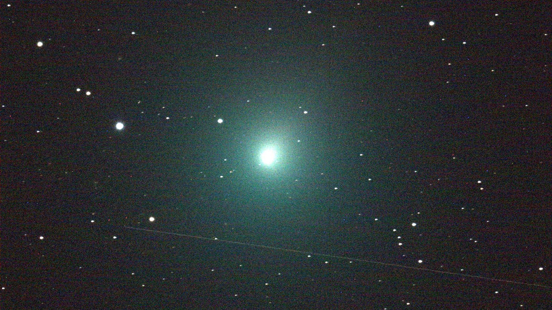 Коледна комета в небето тази нощ