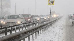 Снежни блокади по пътищата, избягвайте пътуване (обновена)
