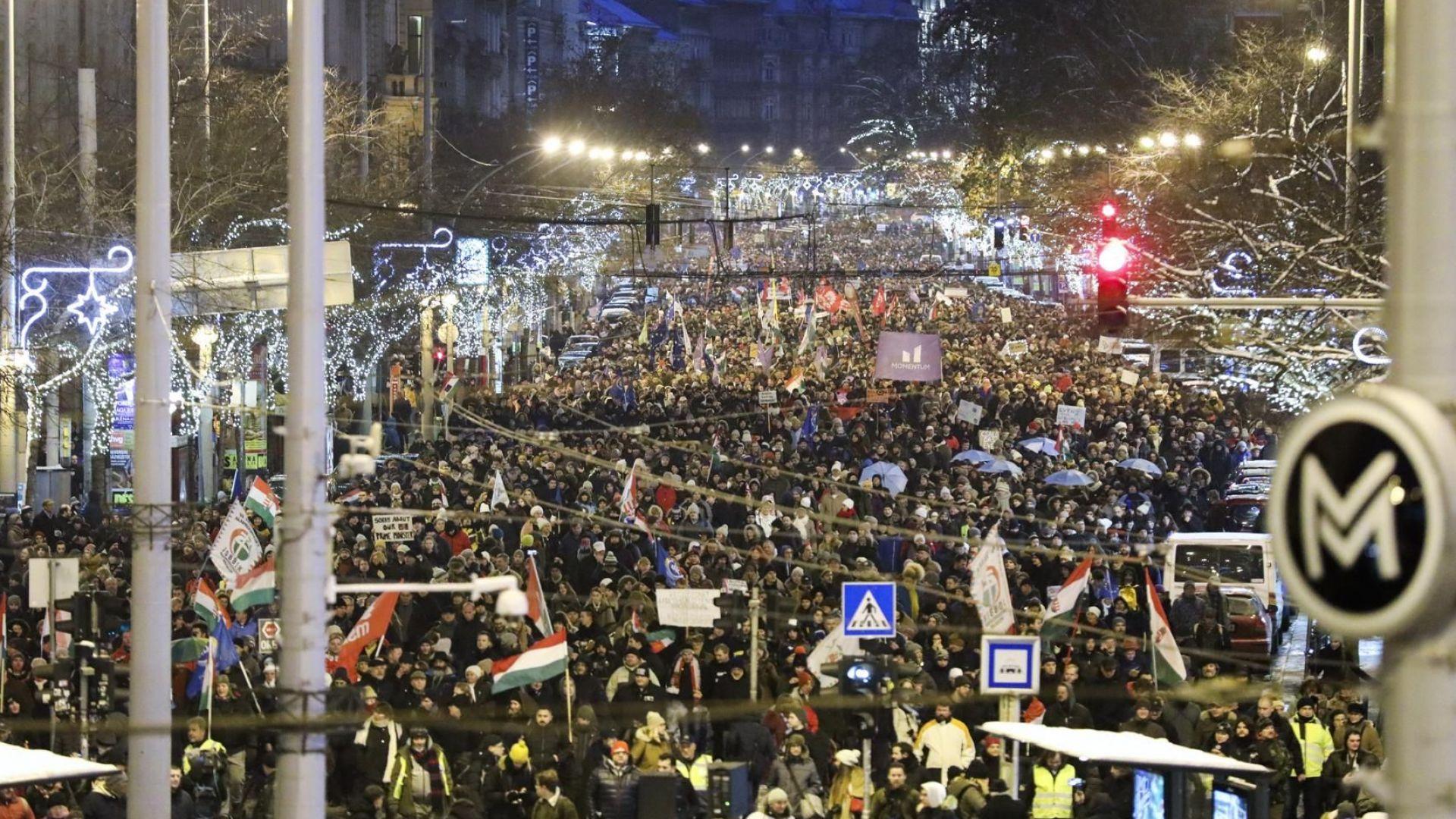 Хиляди унгарци протестираха днес в Будапеща срещу нов трудов закон