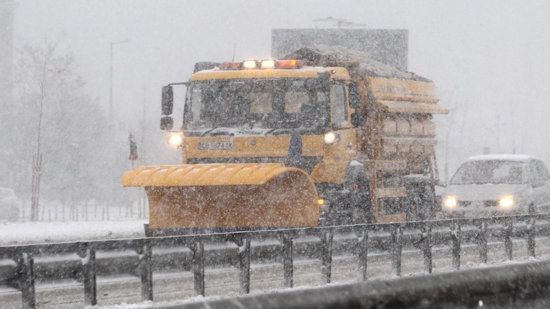 Силен снеговалеж, започнал около обяд предизвика хаос по пътищата в